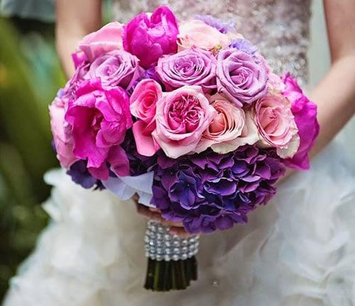 Một bó hoa màu tím lãng mạn
