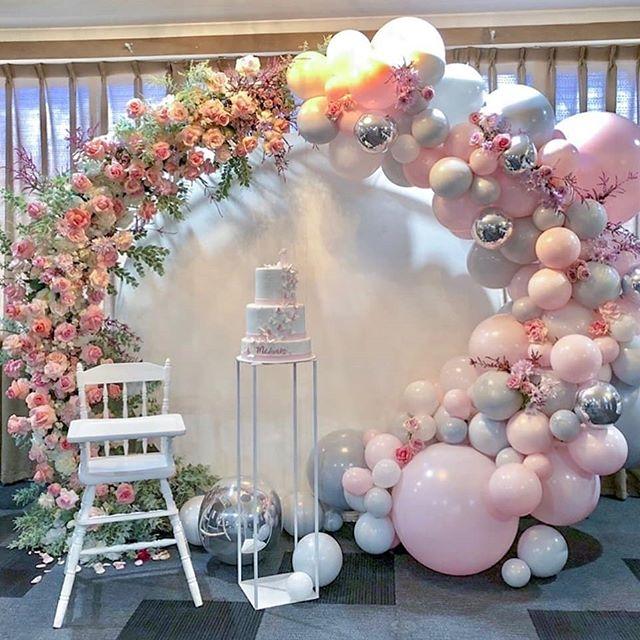 Trang trí cổng bong bóng nghệ thuật trong tiệc thôi nôi