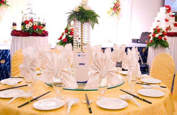 Hoa tươi trang trí trên bàn tiệc cưới