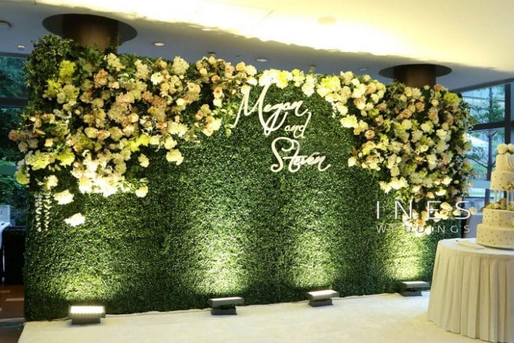 Trang trí Backdrop bằng hoa và lá