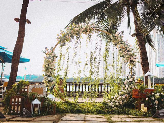 Trang trí backdrop theo các vòng tròn kết hoa.