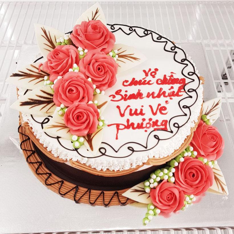 Hoa và bánh chúc mừng sinh nhật mẹ