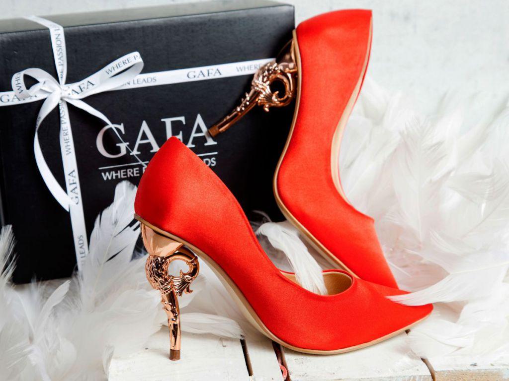 Giày cao gót tặng bạn gái