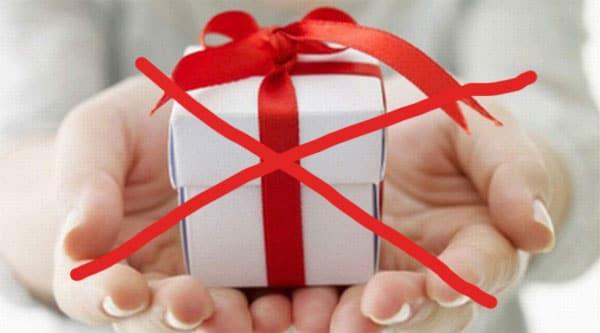 [Giải đáp] Không nên tặng quà gì cho bạn gái vào dịp sinh nhật