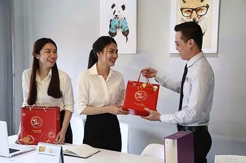 Nên chọn mua quà sinh nhật cho nhân viên công ty