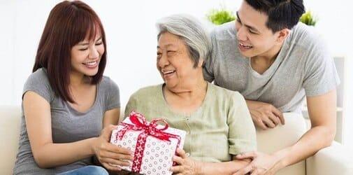 [Chia sẻ] Nên tặng quà sinh nhật gì cho mẹ vợ đầy ý nghĩa?