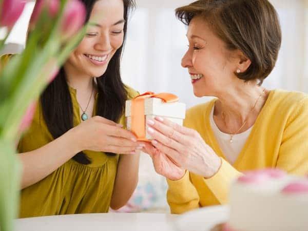 [Chia sẻ] Sinh nhật mẹ chồng nên tặng gì nàng dâu không nên bỏ qua?